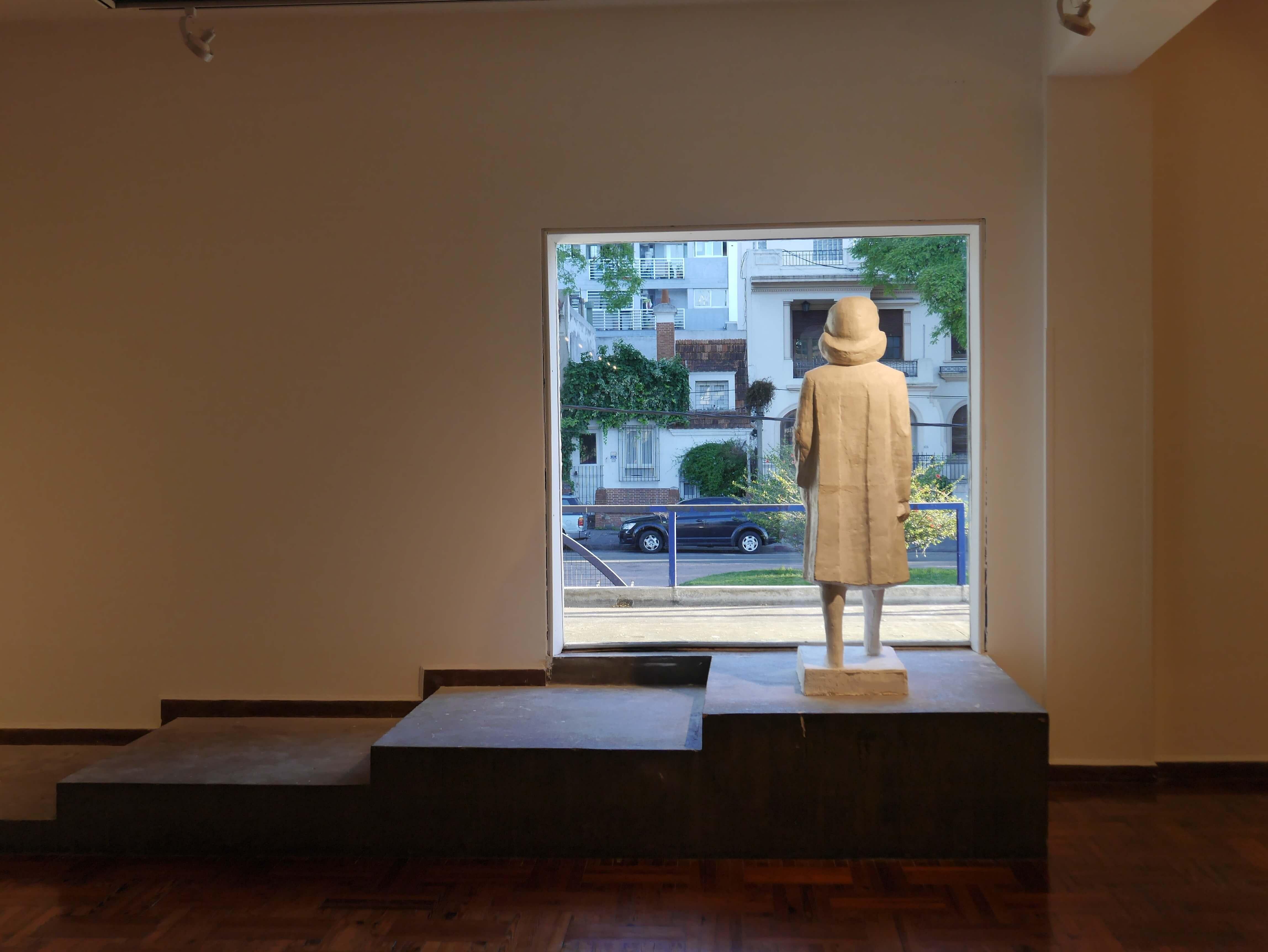 Museo-Nacional-Artes-Visuales-Montevideo-Uruguay-estatua-niña-ventana