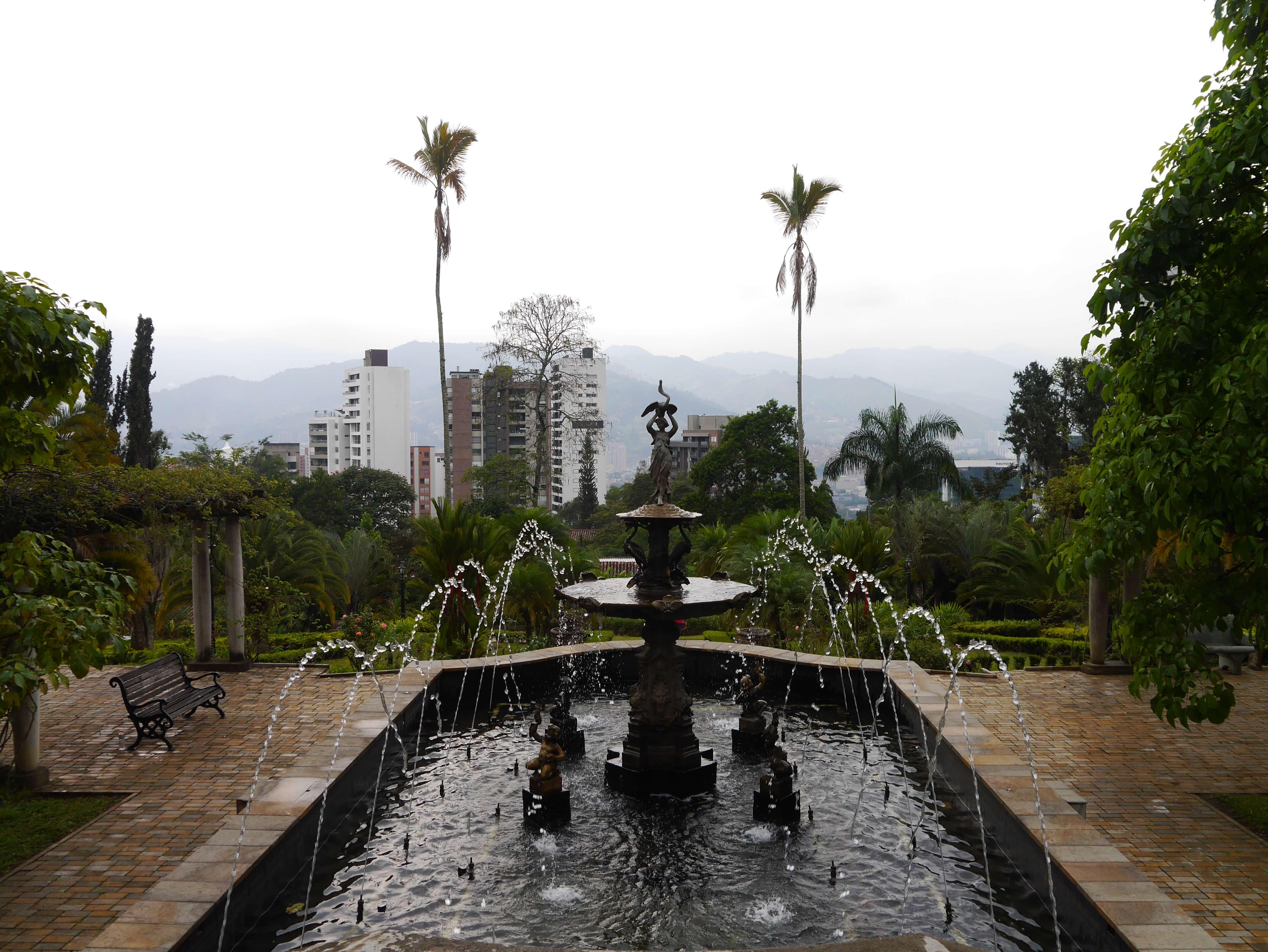 Museo-Castillo-Medellín-Colombia-fuente-árboles
