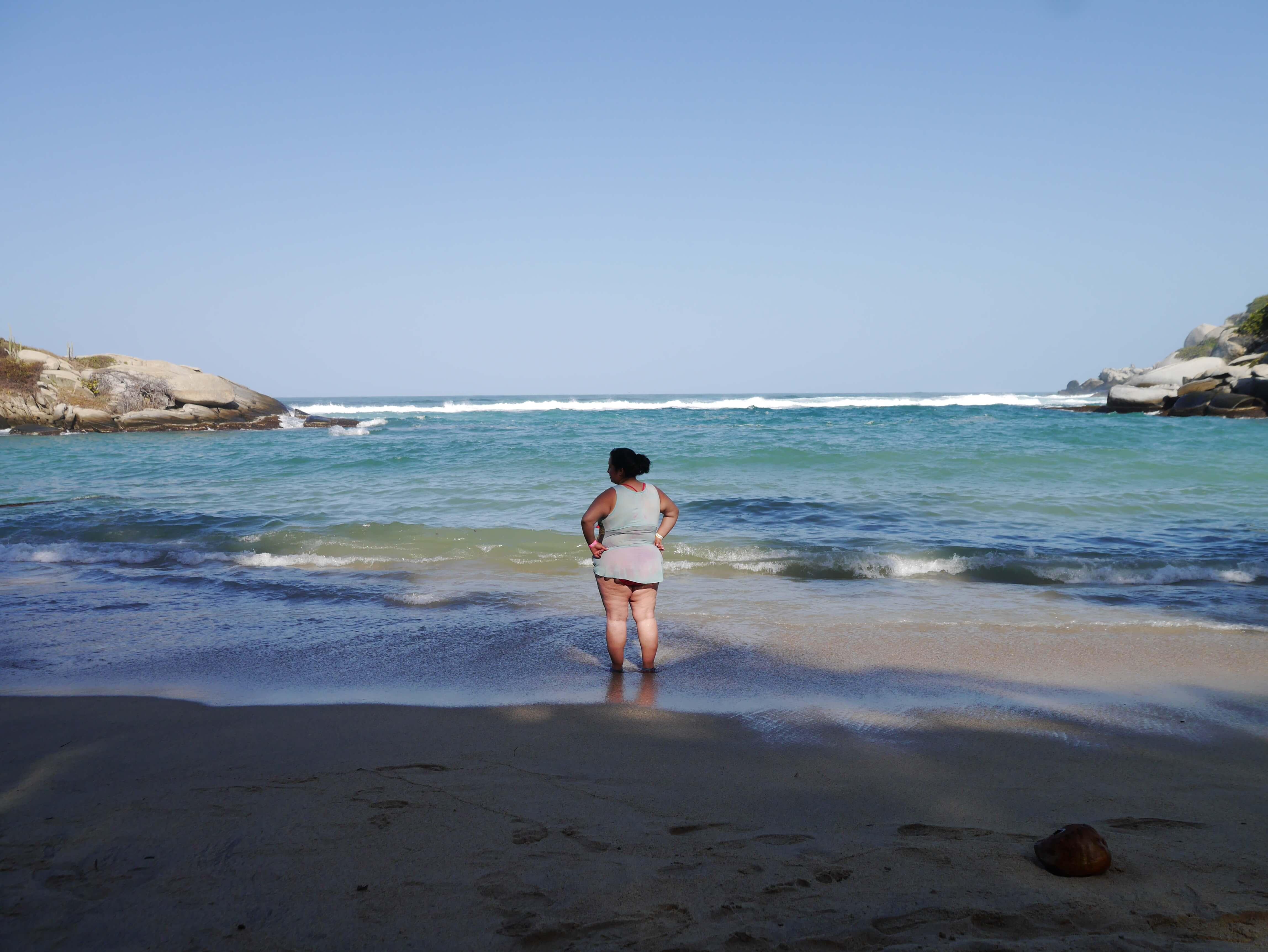 Parque-Tayrona-Colombia-mujer-playa-mar