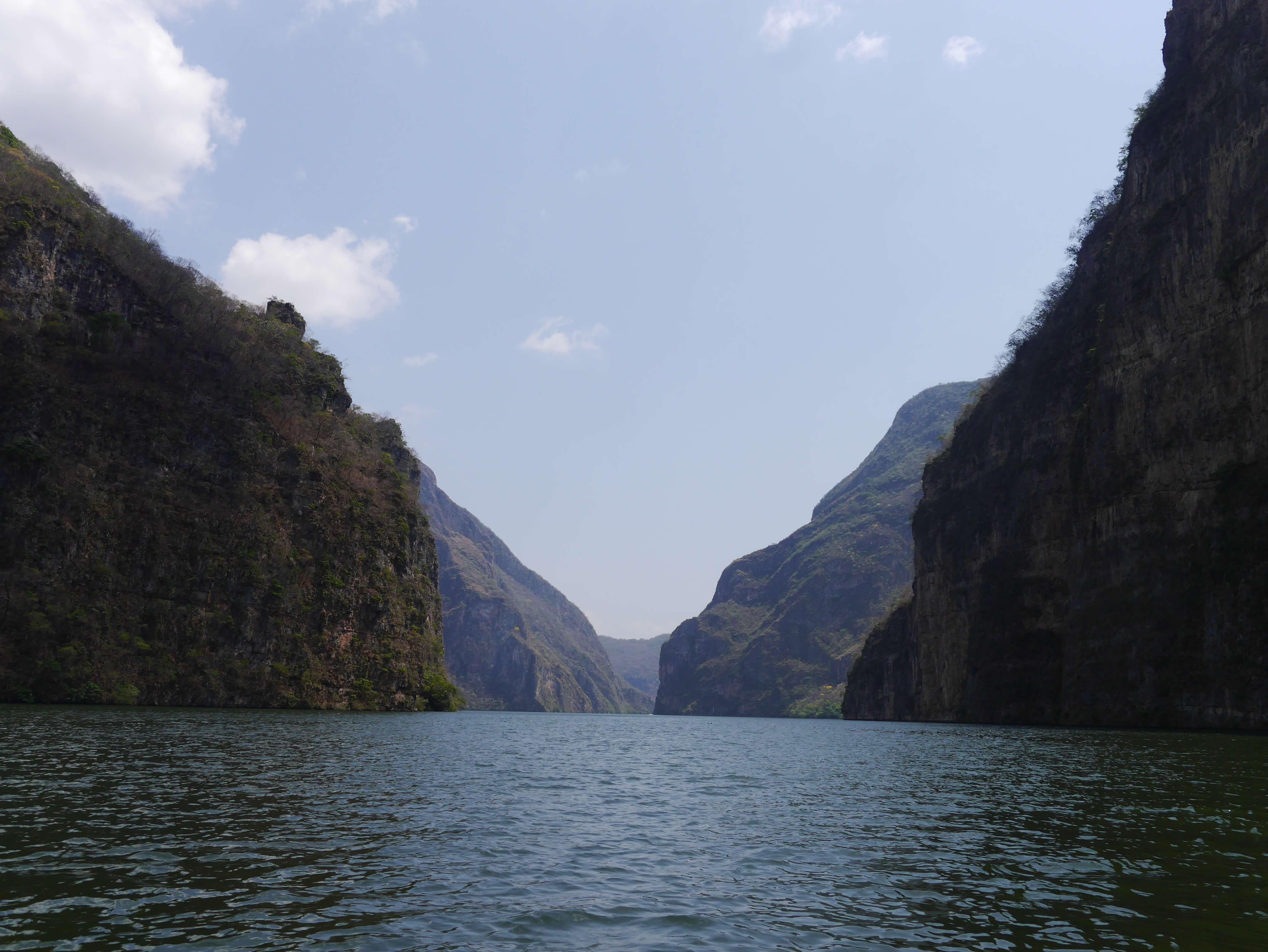 Cañón-Sumidero-agua-acantilados-cielo